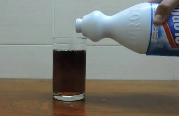 VIDEO: ¡Increíble! Esto es lo que ocurre al mezclar Coca Cola con blanqueador