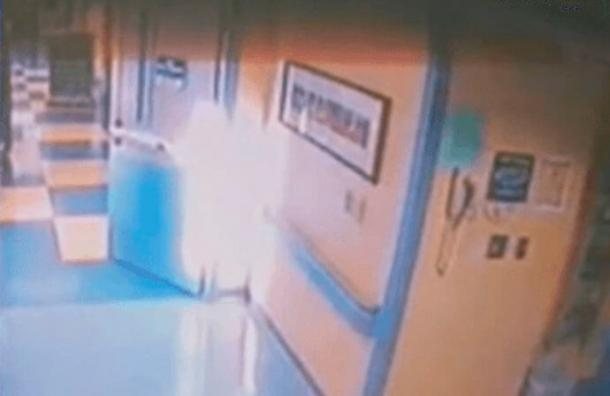 Una niña estaba muriendo y en ese instante la cámara del hospital captó esta sorprendente imagen