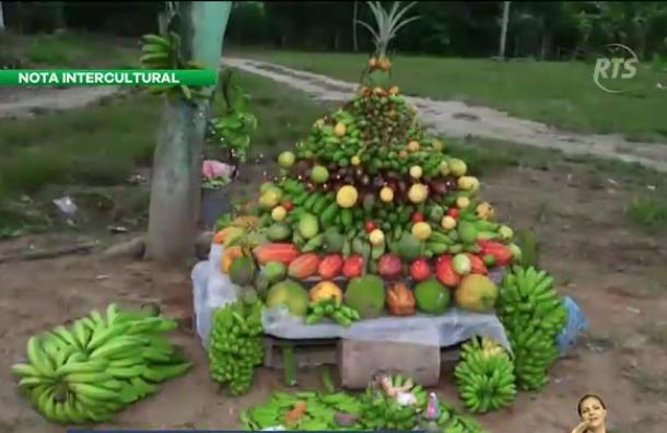 Elaboran un Árbol de Navidad con varios productos agrícolas
