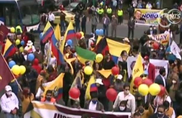 Simpatizantes de Álvaro Noboa exigen al CNE inscribir su candidatura