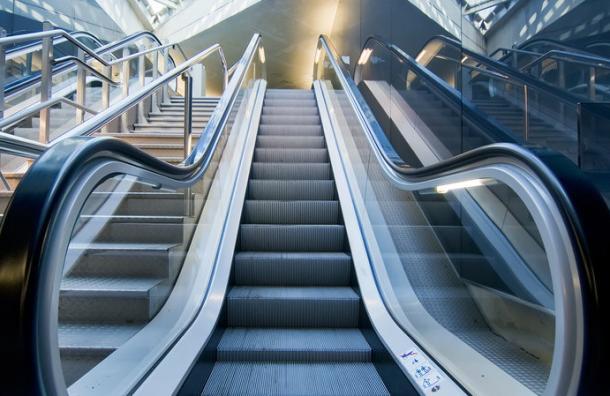 El error que hemos estado cometiendo al usar las escaleras mecánicas desde siempre