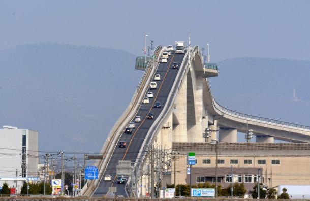 Parece una montaña rusa, pero es un puente que sólo cruzan los valientes